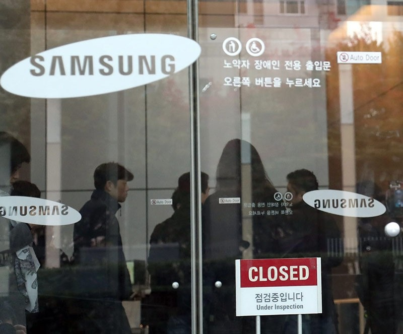 Journalists are seen in the lobby of Samsung Electronics Co.'s headquarters in southern Seoul. South Korea, 08 November 2016, as prosecutors raid the company. (EPA Photo)