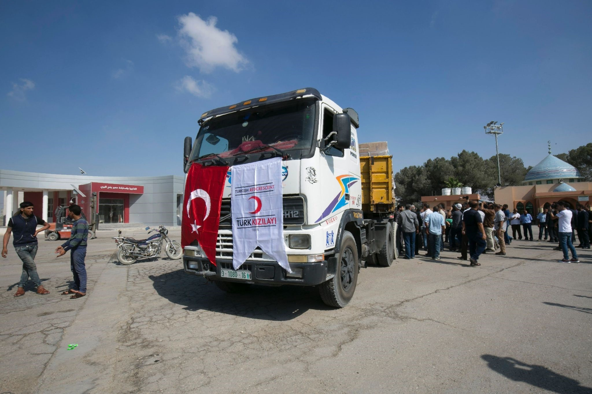 A truck loaded with aid parcels provided by Turkey is parked at the Kerem Shalom crossing near Rafah after it entered the southern Gaza Strip from Israel on July 4, 2016. (AFP Photo)