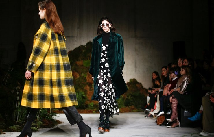 Alexa Chung, ALEXACHUNG Sonbahar/Kış 2019 koleksiyonunu Londra Moda Haftası'nda tanıttı.