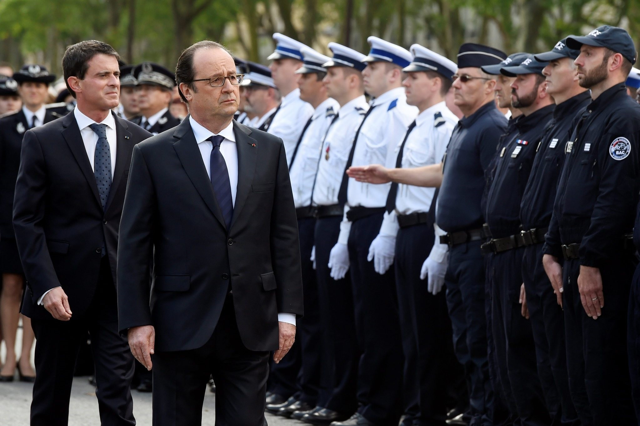French President Francois Hollande (2nd R) and Prime Minister Manuel Valls (L) attend a memorial ceremony honouring the police couple who were killed by Daesh. (EPA Photo)