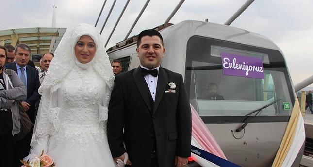 Γεσίμ και Alper Odabaş, το πρώτο ζευγάρι να δέσετε τον κόμβο σε ένα σταθμό του μετρό στην Τουρκία (DHA Photo)