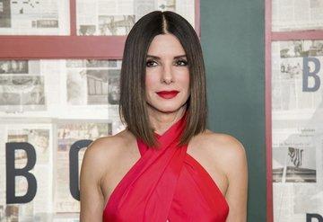 Sandra Bullock kırmızı halıda kırmızı elbisesiyle