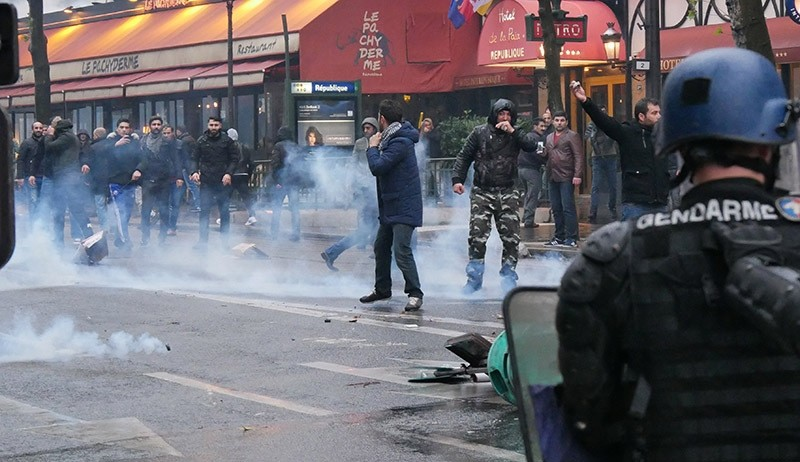 Pro-PKK mob clashes with French police, attacks Turkish demonstrators protesting terror in Paris, France on Nov. 20, 2016. (AA Photo)