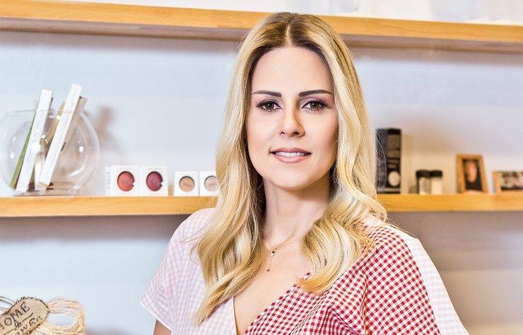 Cemiyetin tanınmış simalarından olan Esra İnceefe, makyaj yaptırmak için Kemerburgaz'daki Kaizen'i tercih ediyor. Esra Hanım ile buluşarak hem make-up artisti Zeynep Salbaz'ın yaptığı makyajı görüntüledik hem de kullandığı ürünleri öğrendik.
