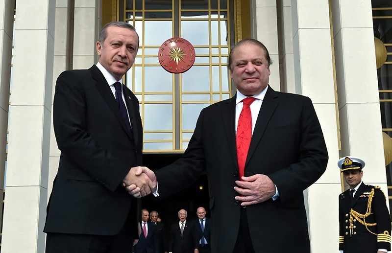 In this file photo from 03.04.2015, President Recep Tayyip Erdou011fan and Pakistani Prime Minister Nawaz Sharif shake hands in front of the Presidential Complex in Ankara (Sabah Photo)
