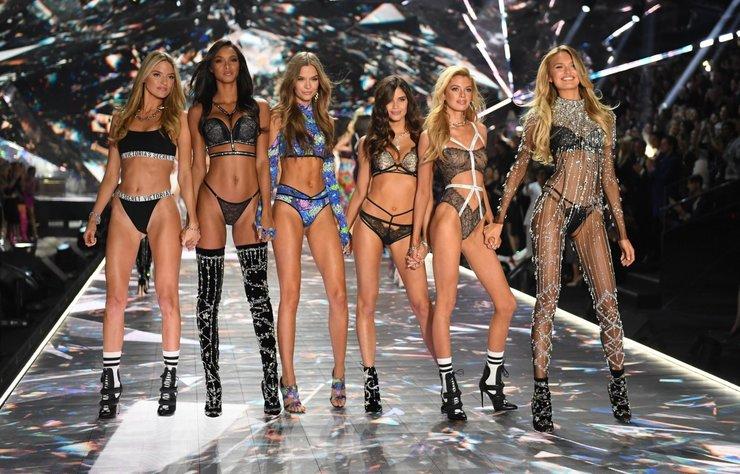'Yılın şovu' olarak adlandırılan Victoria's Secret yılbaşı defilesini kaldıran dünyaca ünlü iç çamaşırı markası, güzellik standartlarında kadınları kalıba sokma eleştirilerinin ardından yeni bir döneme girdi. Yeni standartlara sahip bir marka kuran Victoria's Secret, 'melekler' olarak adlandırılan modellerine de veda ediyor.