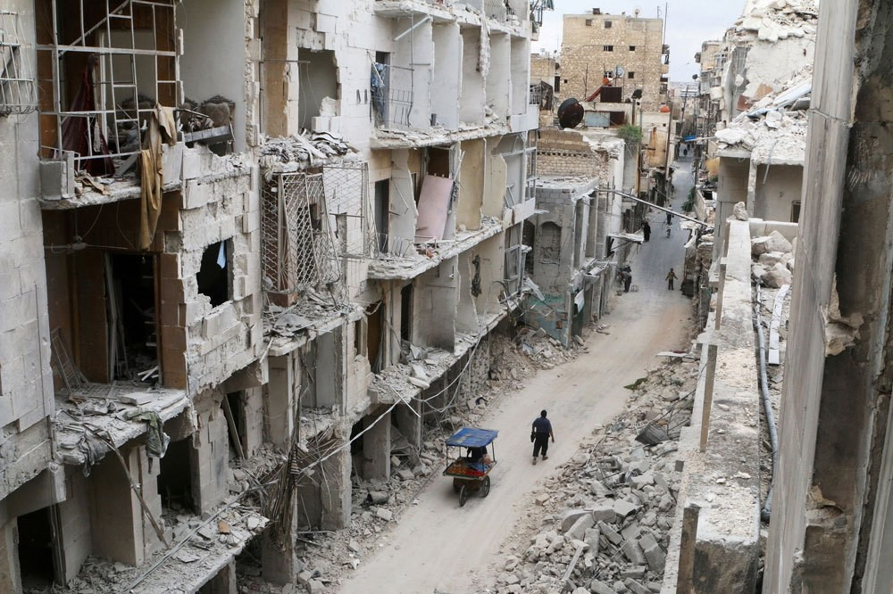 Desperate residents walk among the damaged buildings in the Old City of Aleppo, Syria, May 5. (Reuters Photo)