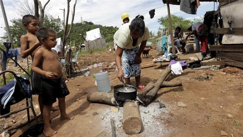 A Paraguayan woman cooks in one of Paraguay's poorest neighborhoods in Asuncion (Reuters Photo)