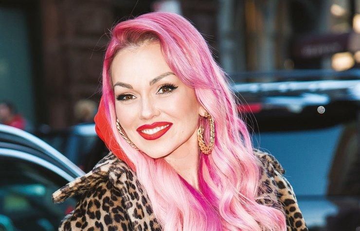 """Yepyeni bir saç rengi arayışındaysanız sizi son dönemde hem podyumda, hem ünlüler dünyasında, hem de Pinterest'te oldukça popüler olan """"rose quartz"""" ile tanıştıralım."""