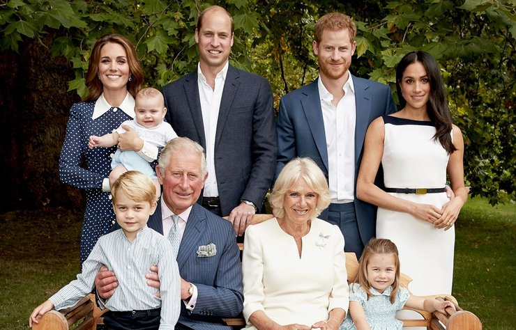 70. doğum günü portresi için tahtın en yakın varisi Prens Charles, tüm ailesi tarafından çevrili olduğu bir bankta otururken fotoğraflandı.