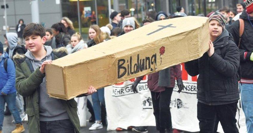 Öğrencilerden büyük protesto