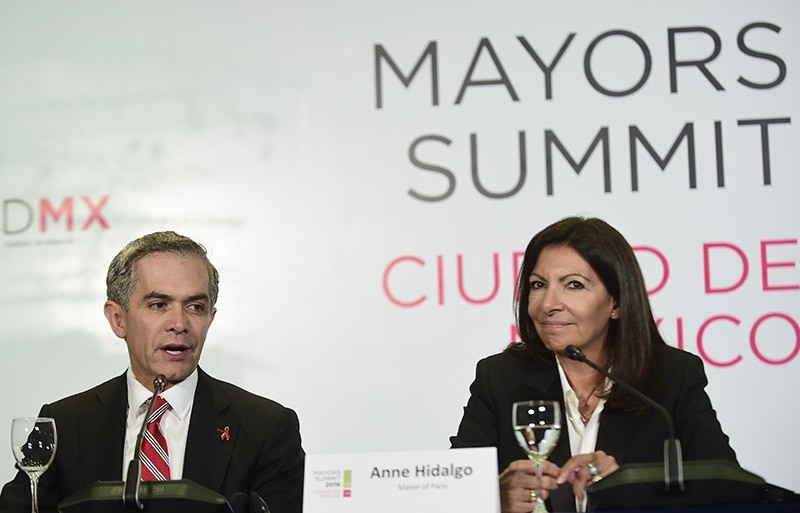 Mexicou00b4s City Mayor Miguel Angel Mancera, and Paris' Mayor Anne Hidalgo, take part in the press conference ,Air Quality Declaration, in Mexico City, on December 2, 2016. (AFP Photo)