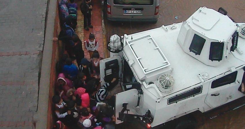 Mardin'de Yağmura yakalanan öğrencilere zırhlı taşıma