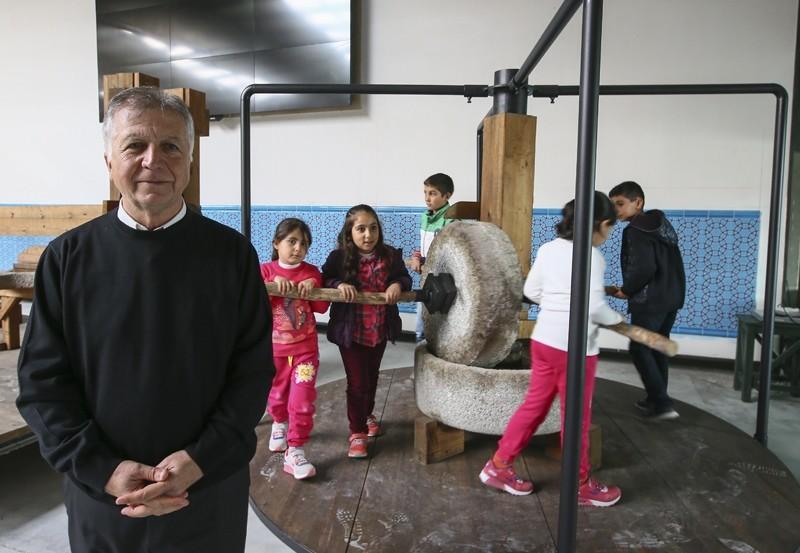 """تركي يختصر 3 آلاف سنة من عصر الزيتون"""" في متحف"""