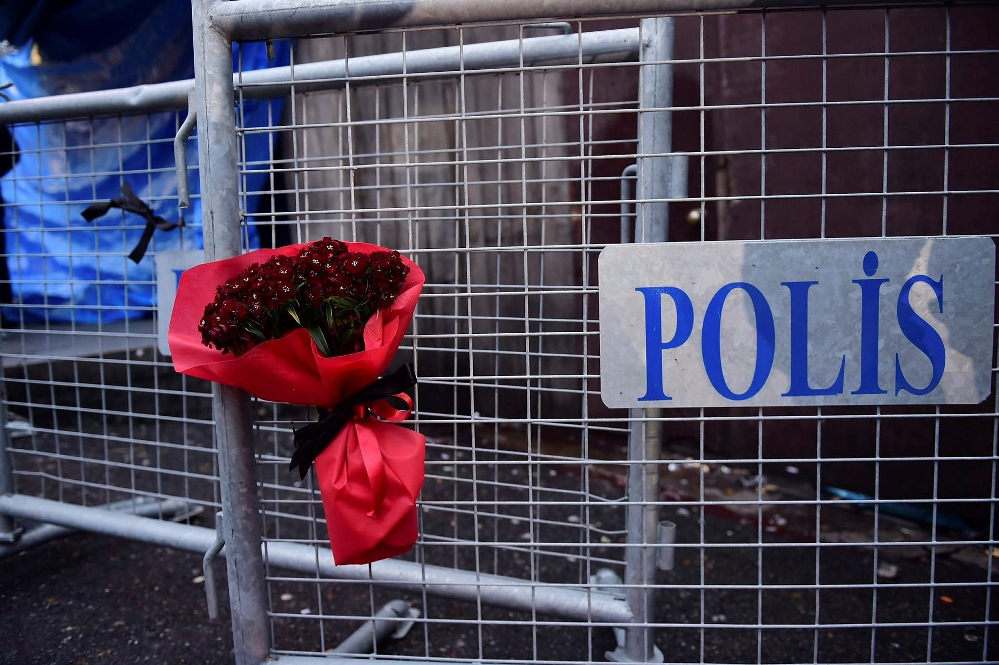Flowers laid in front of the Reina night on January 1, 2017 in Istanbul, after a gunman killed 39 people, including many foreigners, in a rampage at the Reina nightclub in Istanbul where revellers were celebrating the New Year. (AFP Photo)