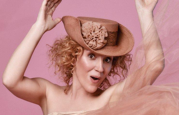 """Yazın vazgeçilmezi Panama şapkalar, her kraliyet düğünüyle popülerliği biraz daha artan couture modeller ve daha fazlasını, kendisini """"şapka aktivisti"""" olarak tanımlayan Sibi Schmitz'in kurduğu Sibi'de bulabilirsiniz."""