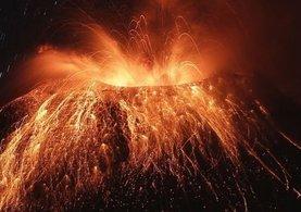 Bilim adamı volkanın içine düştü!