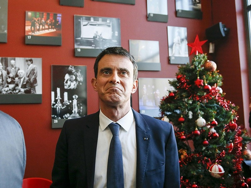 Manuel Valls, former French prime minister and presidential primary candidate, visits the TNP (National Popular Theater) as he campaigns in Villeurbanne, France on Jan. 17, 2017. (Reuters Photo)