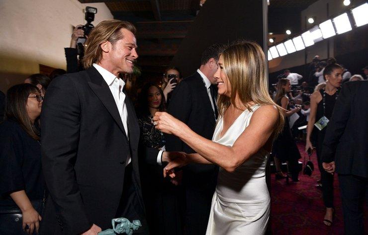 SAG Awards gecesinde Brad Pitt ile Jennifer Aniston'ın birbirlerini tebrik ettiği an damga vurdu.