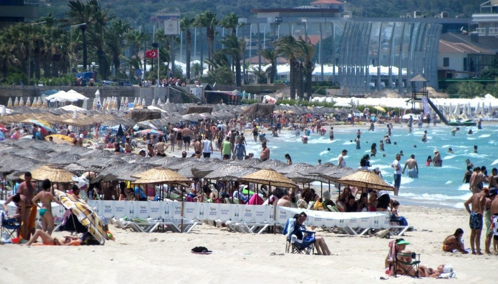 The town of u00c7eu015fme in the west was flooded by holidaymakers during Bayram. (IHA Photo)