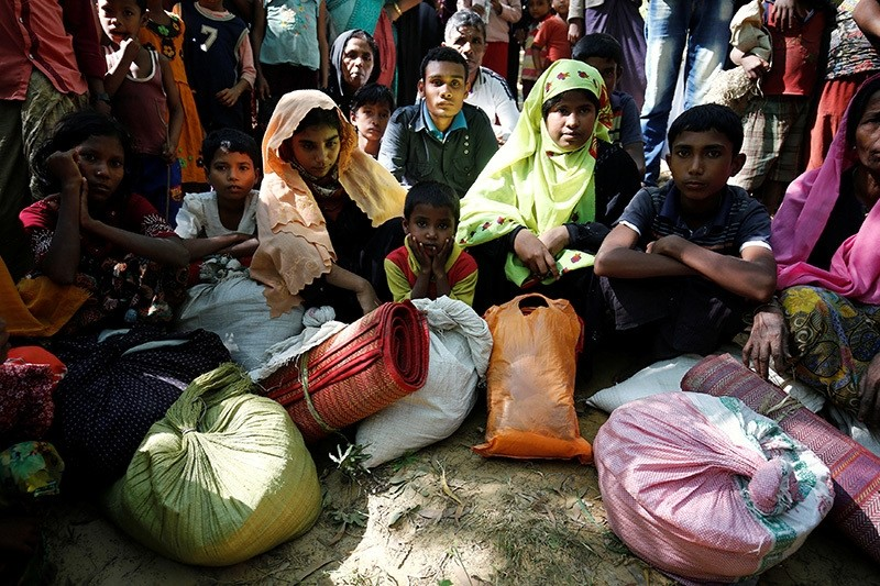 Rohingya refugees sit as they wait to enter the Kutupalang Refugee Camp in Coxu2019s Bazar, Bangladesh, November 21, 2016 (Reuters Photo)