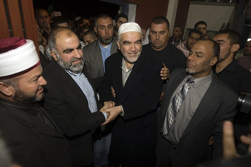 Arab-Israeli leader Sheikh Raed Salah (C) is welcomed by hundreds of supporters, in the city of Umm Al-Fahm, on April 16, 2012, upon his to return to Israel after winning an annulment of an order for his deportation from Britain. (AFP Photo)
