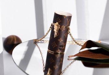 Louis Vuittonun monogramlı ruj kılıfı