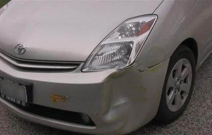 Kaza yaptıkları otomobillerini kendileri onardılar