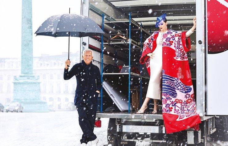 Giorgio Armani ve ilham perisi, İngiliz oyuncu Michelle Dockery, tasarımcının son Haute Couture koleksiyonunu sürpriz bir kar fırtınası eşliğinde sergiliyor.