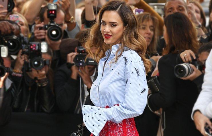 """Paris'te Valentino 2017 İlkbahar/Yaz defilesini izlemeye giden Jessica Alba, """"Stil Zoom"""" konuğumuz..."""