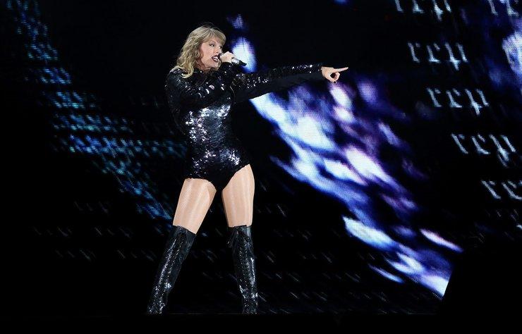 Ünlü şarkıcı Taylor Swift, Reputation başlıklı dünya turnesi kapsamında önceki gün Kaliforniya- Pasadena'da konser verdi.