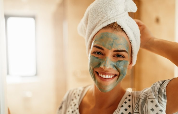 Kadınların sıkça temizlemek için uğraştığı siyah noktalar oldukça inatçıdır. Cildi doğru şekilde temizlememek, makyajdan arındırmamak, sürekli kimyasala maruz bırakmak, hormon değişimleri, regl dönemi ve hastalıklar gibi daha birçok sebebe bağlı olarak siyah noktalar görülebilir.