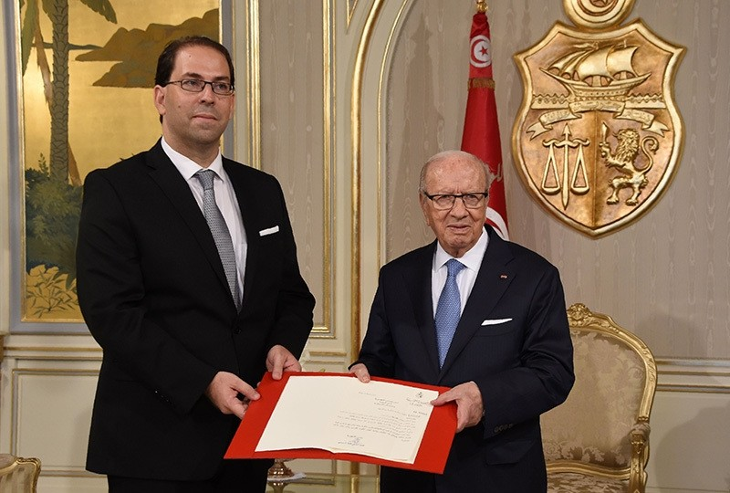 Tunisian President Beji Caid Essebsi (R) appoints local affairs minister Youssef Chahed (L) as the country's new PM-delegate tasked with forming a new unity cabinet at Carthage Palace on the outskirts of Tunis, on August 3, 2016. (AFP Photo)