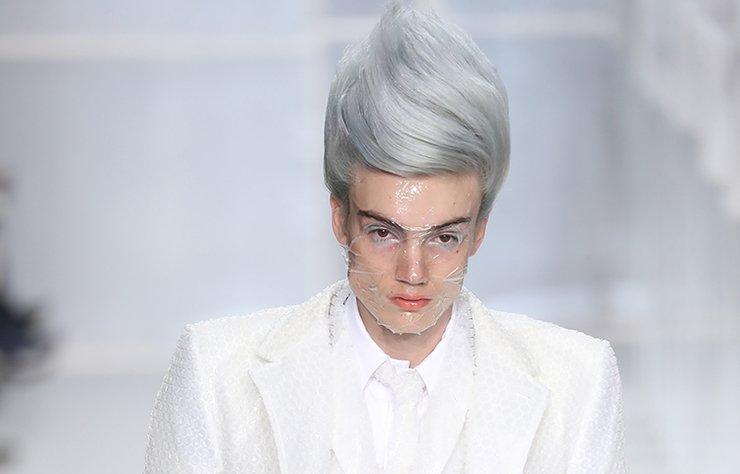 90'lı yılların popüler oyuncağı 'Troll bebek', günümüze beklenmedik şekilde geri döndü. Paris Moda Haftası'nda gerçekleşen bir defilede karşımıza çıkan saç stili, erkeklere yeni bir trendin habercisi olabilir. Troll bebek saçına hazır mıyız?
