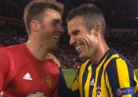 Van Persie'nin Fenerbahçe'li taraftarları çıldırtan görüntüsü