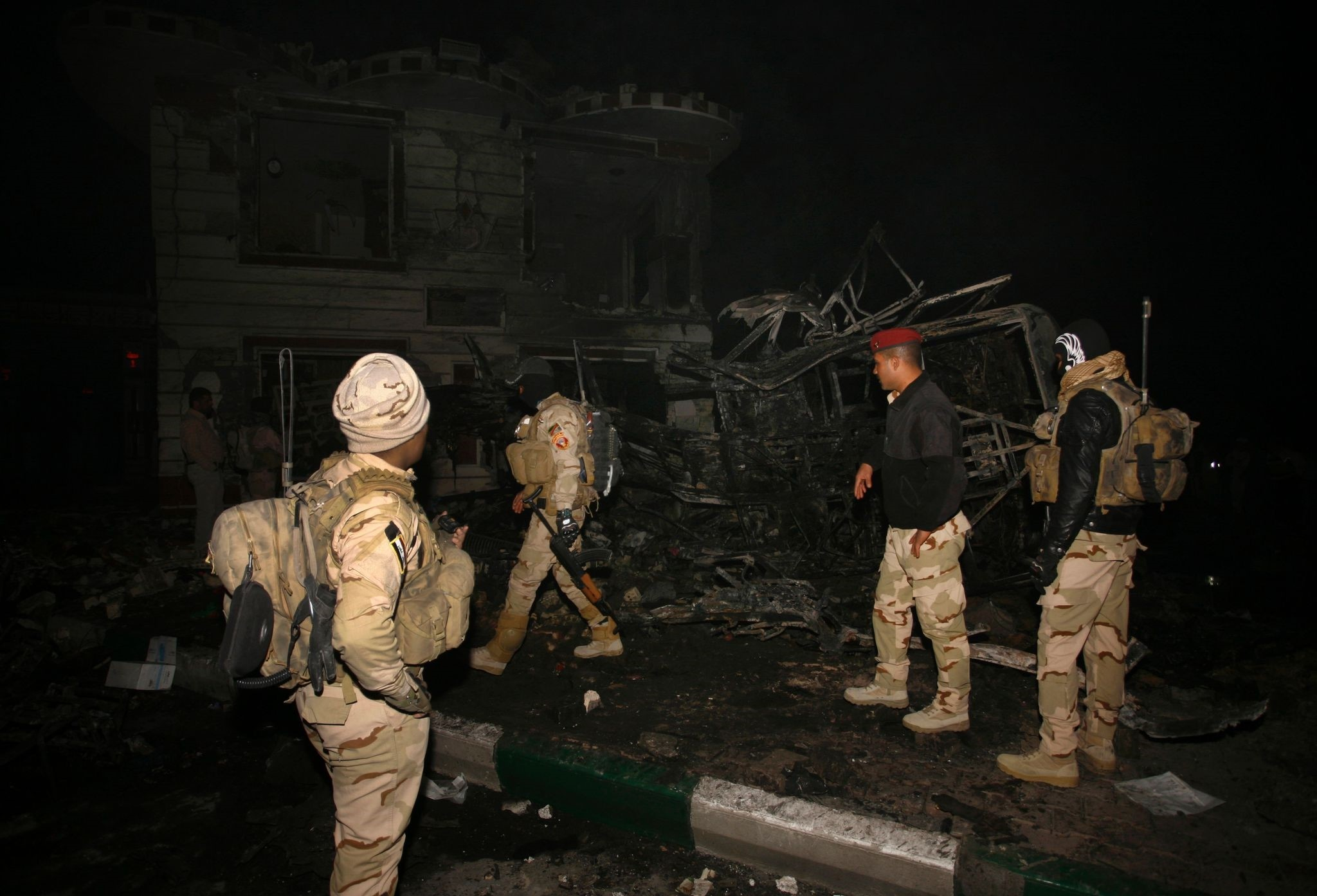 Iraqi security forces inspect the scene of a suicide bombing that targeted Shiite pilgrims returning from the Arbaeen commemoration in Karbala, on November 24, 2016. (AFP Photo)