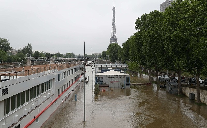 A picture taken on June 2, 2016 shows the river Seine bursting its banks next to the Eiffel Tower in Paris (AFP Photo)