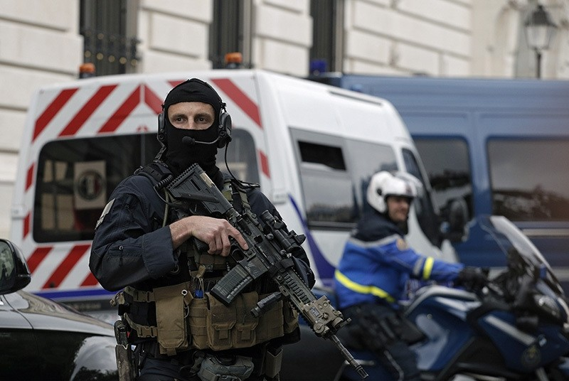 Members of French military task force GIGN secure the convoy transporting Paris attacks suspect, Salah Abdeslam as they leave the Paris courthouse, Friday, May 20, 2016. (AP Photo)