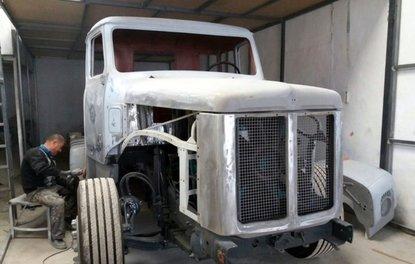 40 yıllık kamyonu 1,5 yılda ilk günkü haline getirdi