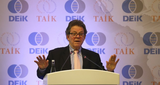 Economist Art Laffer giving a speech in Turkey.