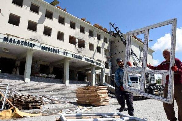 Yüksekova'da yıkım ağır hasarlı liseden başladı