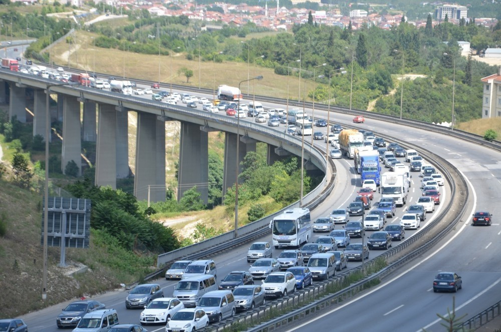 Holidaymakers formed long lines along TEM highway leading to Istanbul as they rushed to return home before the holiday's end. (IHA Photo)