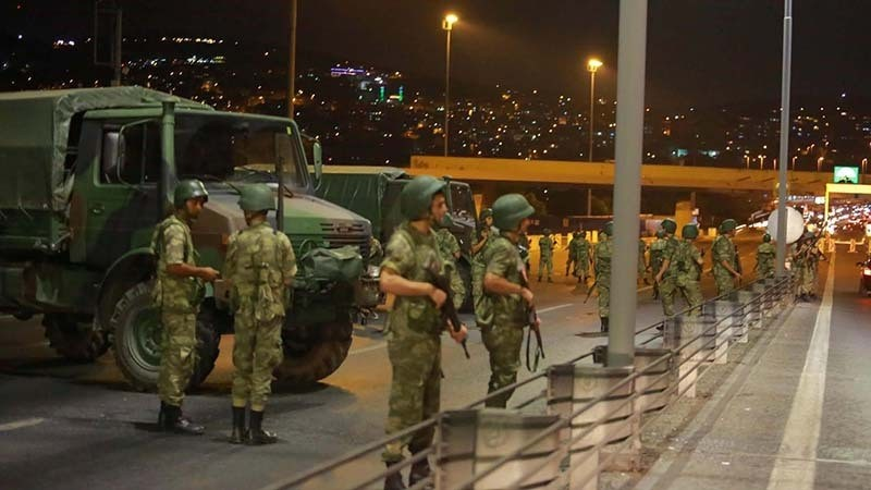 Access to the Bosphorus bridge, which links the city's European and Asian sides, in Istanbul, Turkey, blocked by soldiers during the FETu00d6-led coup attempt, July 15, 2016 (Reuters Photo)
