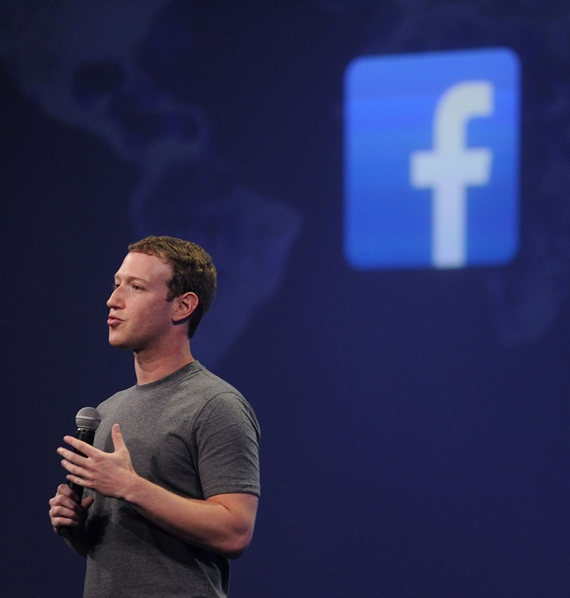 Facebook CEO Mark Zuckerberg introducing a new messenger platform at the F8 summit in San Francisco, California. March 25, 2015. (AFP Photo)
