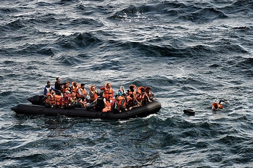 Refugees trying to reach the Greek island of Lesbos after crossing the Aegean sea from Turkey, Sept. 30 2015. (AFP Photo)
