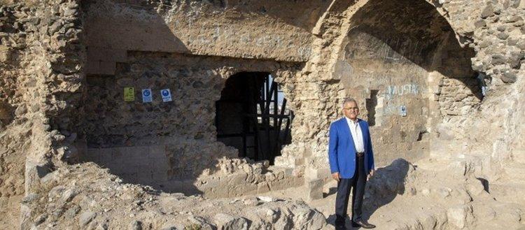 Selçuklu Dönemi anıt eserlerinden 800 yıllık Kızıl Köşk'te çalışma başlatıldı