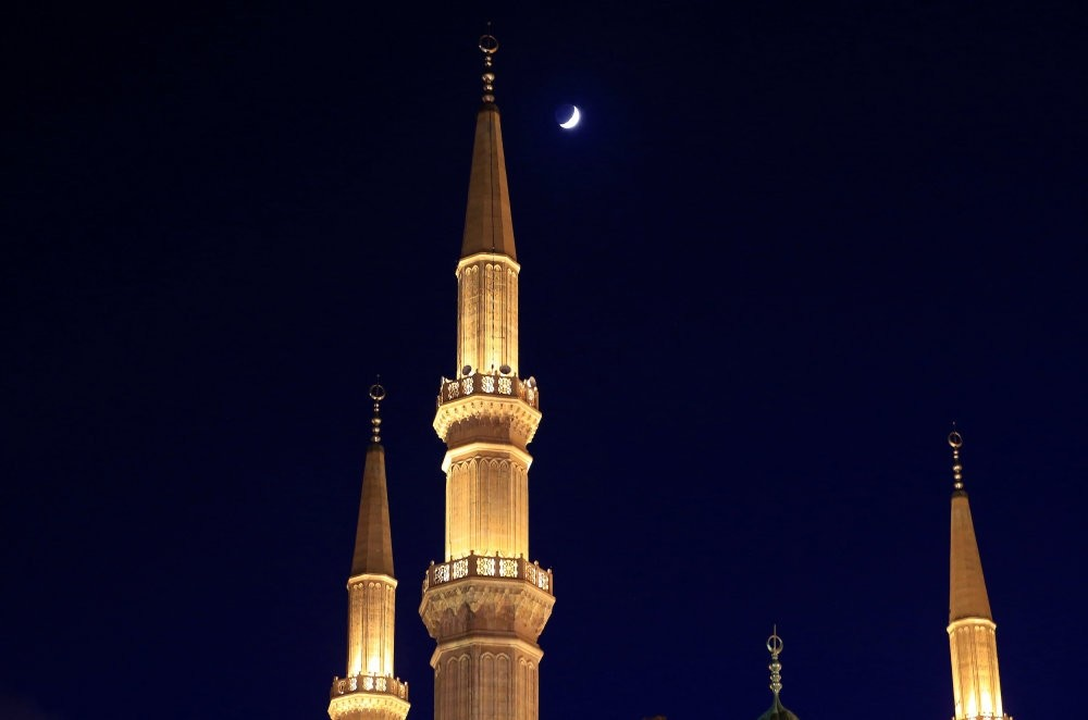 A crescent moon is seen above al Amin mosque on the fourth day of Ramadan in Beirut, Lebanon, June 9, 2016. (Reuters Photo)