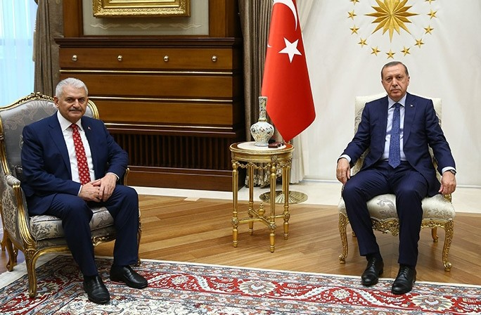 Erdou011fan (R) with Yu0131ldu0131ru0131m (L) during a meeting at the Presidential Palace, in Ankara, on May 24, 2016 (AFP).