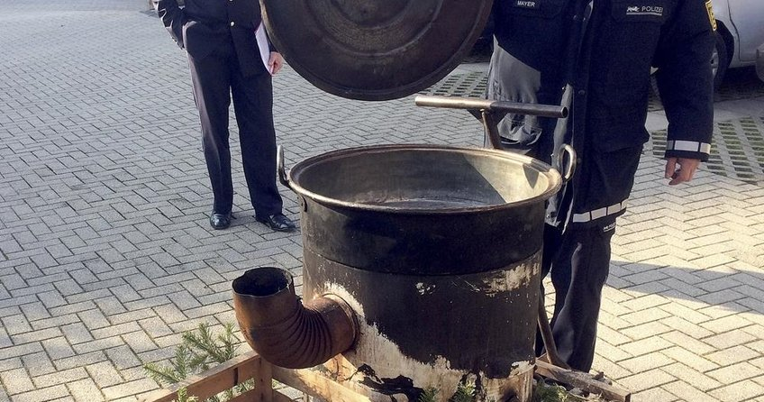 Almanyada cadı kazanına atılan gencin vücudu yandı