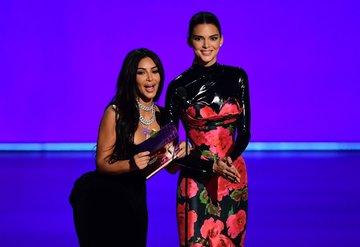 Emmy seyircisi Kim Kardashian ve Kendall Jennera güldü
